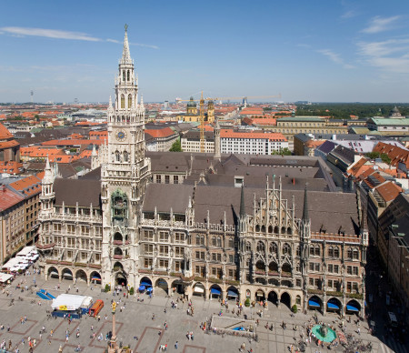 Rathaus_and_Marienplatz_from_Peterskirche_-_August_2006